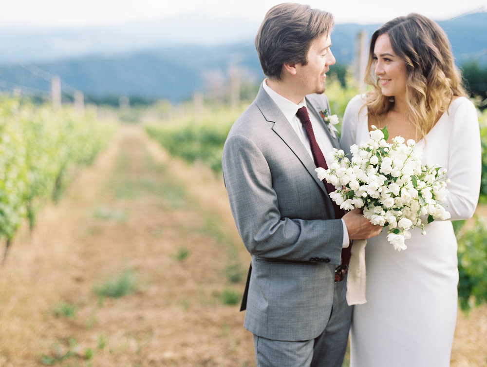 gorge-crest-vineyards-katie-dessin-wedding-photography-96.jpg