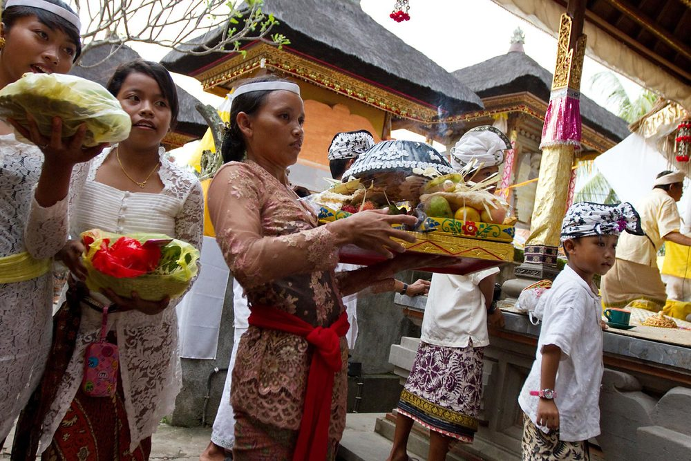 Brining offerings to temple | Gianyar, Bali