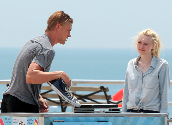 Very Good Grils (2013): Boyd Holbrook and Dakota Fanning.