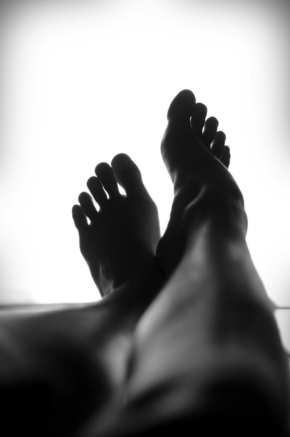 Réflexologie Thaïlandaise Plantaire - La Réflexologie Thailandaise Plantaire est une méthode ancestrale de plus de 5000 ans. Il faut savoir que nos pieds sont le miroir de notre corps. En effet, les zones réflexes situées dans la plante des pieds correspondent aux organes du corps. Les mouvements, pressions et lissages s'effectuent sur les points énergétiques ainsi que sur les méridiens d'acupuncture, des pieds jusqu'aux genoux, afin de libérer les tensions et de dénouer les organes bloqués.Une séance de réflexologie thaïlandaise se déroule par des manipulations à même le pied avec un baume qui relance la circulation sanguine, puis à travers une serviette dans laquelle le pieds est soigneusement enroulé et enfin avec un stylet en bois pour détendre plus précisément les points réflexes.- Revitalise tout l'organisme.- Efface les tensions.- Permet d'évacuer le stress.- Procure un bienfait profond.- Redonne aux jambes cette agréable sensation de légèreté.Tarifs :30 min - 45€1h00 - 75€RESERVER