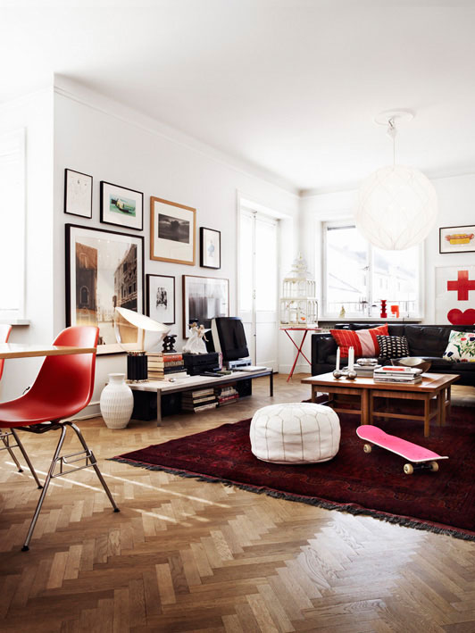 I'm not usually a fan of red, but I like it in this room and that gallery wall! Swoon!