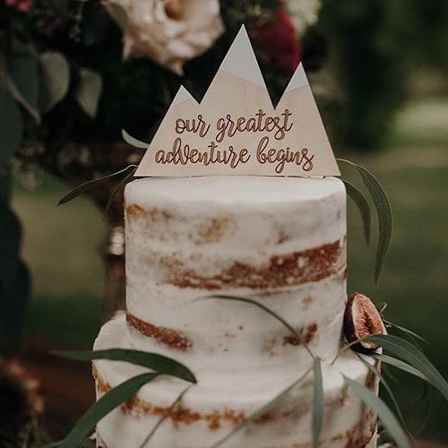 Our mountain cake topper is 100% customizable for your special day (and looks totally killer on your naked cakes) 🙌 👰🏼 🤵 🥂 ⛰  photo 📷 @eacourts