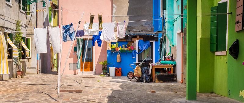 Op het eiland Burano in Venetië zijn pleintjes al zo ingericht dat je niet hoeft na te denken over een compositie. De was hangt er niet om te drogen, maar voor de foto.