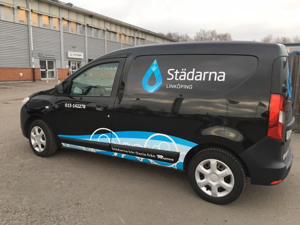 Sakta men säkert smyger vår nya logga in i verksamheten :)Här fick en av bilarna i Linköping en facelift 👍