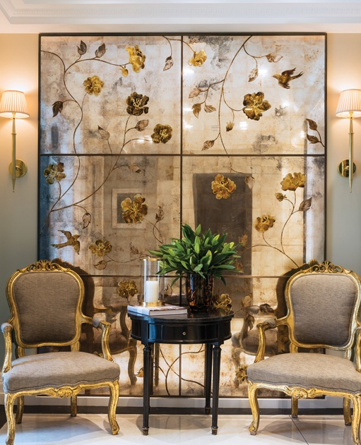 Oro Bianco室內設計公司設計的一處倫敦住所內,由Gorman Studios打造的一面訂製手繪仿古鏡子。