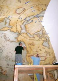 以塗油釉料繪畫的帆布部份在工作室內製造,圖為現場組裝正在進行中。設計顧問:Hayslip Design Associates。