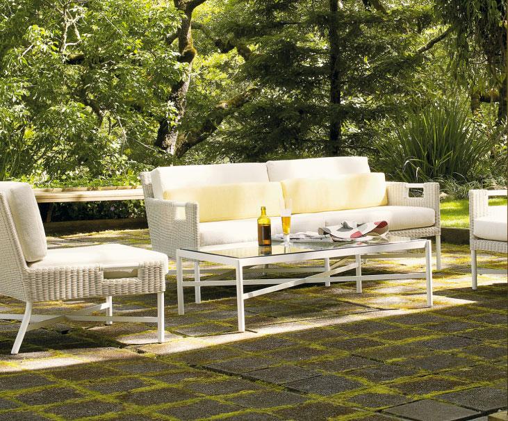 沙发和咖啡桌,让仍未离去的客人已经开始期待下一次的聚会。At  mcguirefurniture.com