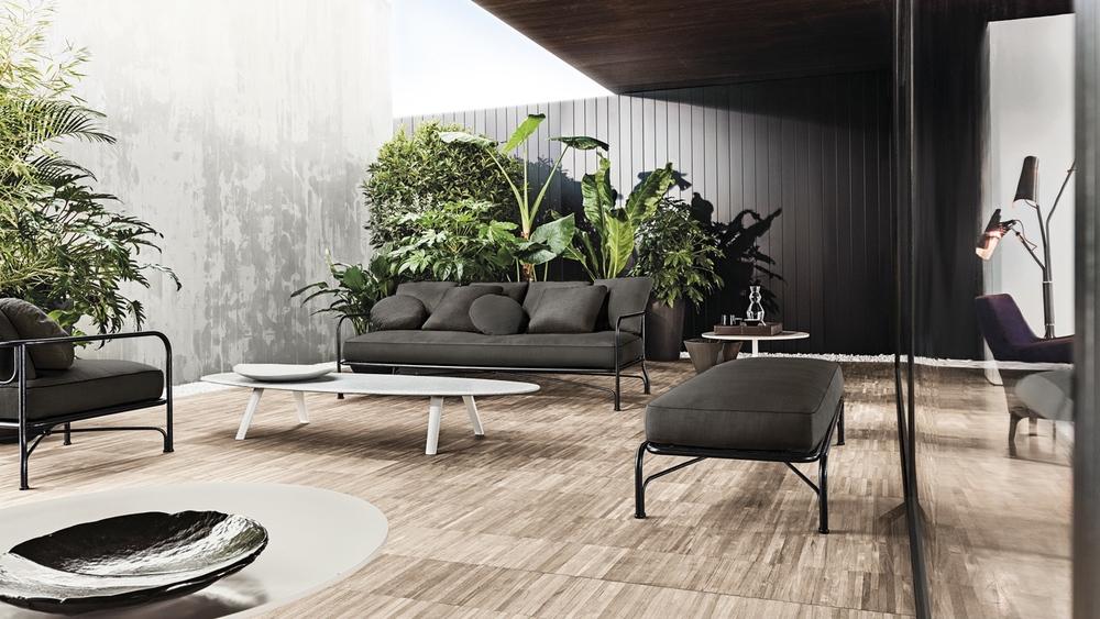 细金属条设计让户外沙发尽显别致。At  minotti.com.