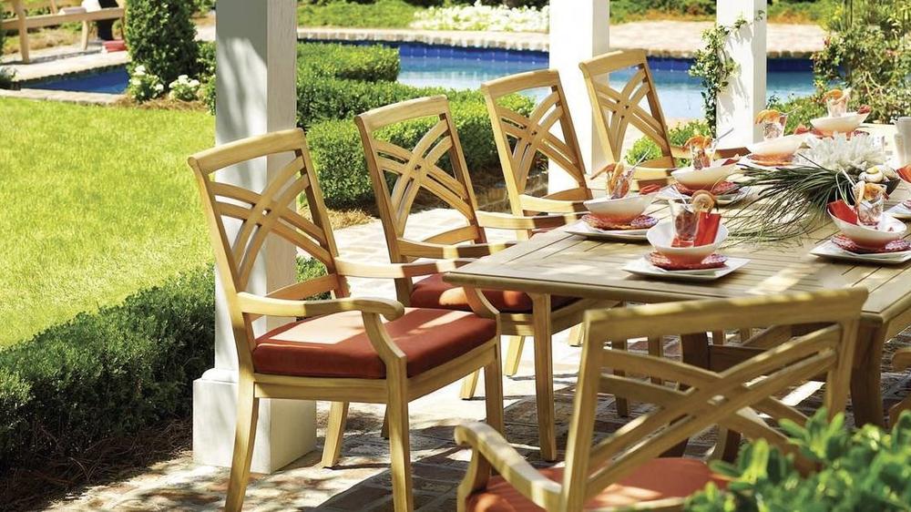 木制家居的质感和餐桌上的美丽色彩,让人期待着周末聚餐时刻的来临。At  gloster.com  .