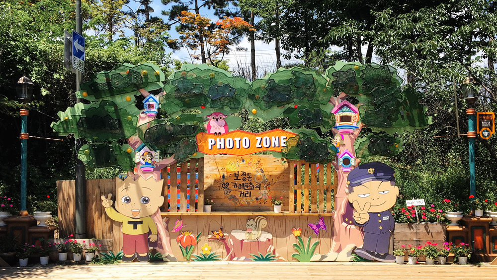 It seems that no touristic spot in Korea is complete without a ridiculous photo zone.