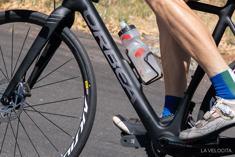 A small bulge under the bottle cage is the only hint of the battery within