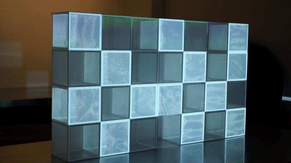 クオリティ向上の為に日々、実験・研究を行なっています。 様々な技術や表現手法の発展に取り組んでいます。 スクリーン素材・グラフィック・サウンド・錯視など、空間演出に必要な様々な要素を研究開発しています。当社の特許技術であるグラフィックと映像の融合のような、他社では実現できない表現手法や高解像度・高ビットレートのプロジェクションマッピングシステムの開発など日々進化を遂げています。