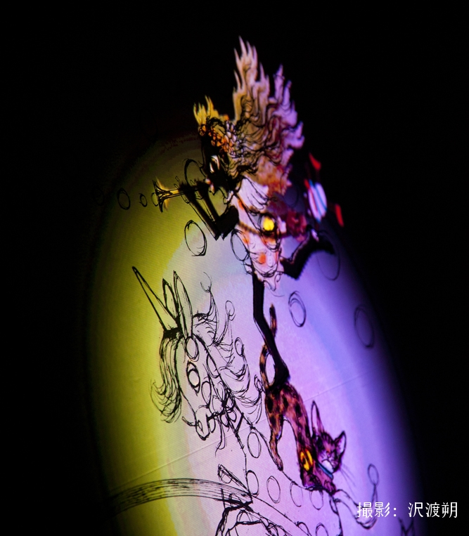 アーティストたちとのコラボレーションも展開。影絵の巨匠、藤城清治氏の美術館「藤城清治美術館 那須高原」での展示や、絵本「こびとづかん」のプロジェクションマッピング作品など、作品が持つ世界観をいかしながら、驚きのある新しい表現を取り込みます。