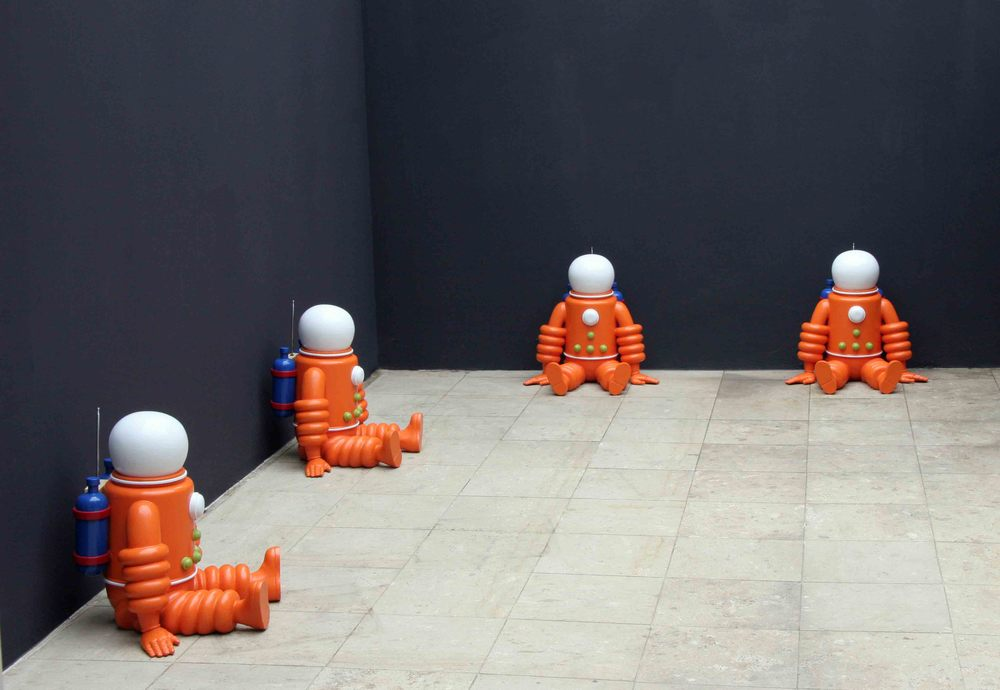 The Explorers , 2005, fibreglass, acrylic casts, ed. 16, 58x62x52cm.