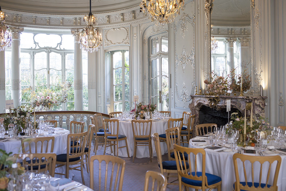 The evening reception took place in the Louis XVI-style ballroom, a majestic space filled with natural light, pale blue and white gold paintwork, glittering chandeliers and ornate mirrors