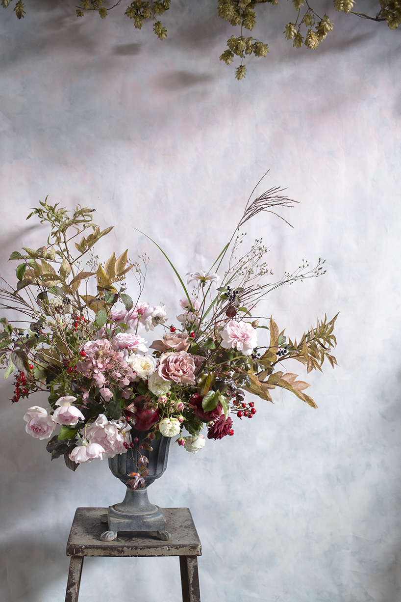 Demo of an urn arrangement at Aesme Flower Studio with roses and rosehips