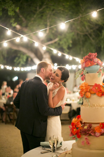 string-lights-wedding-cake-outdoor