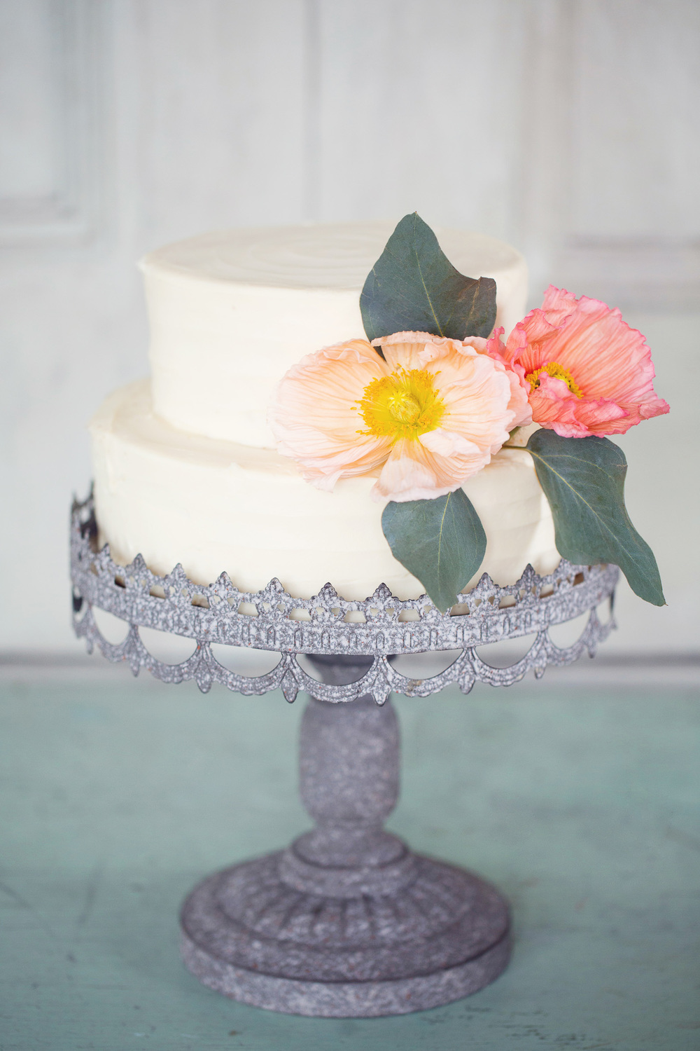 simple-wedding-cake-poppies-peach-pink-vintage-cake-stand