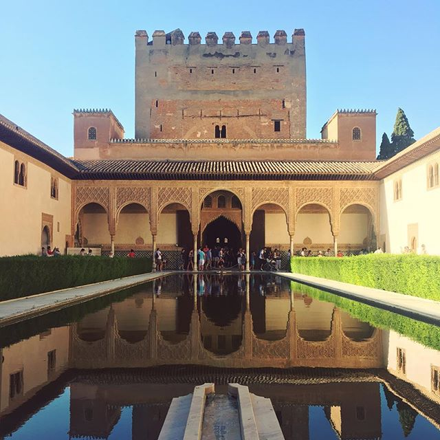 Foto de vacaciones número uno. 📷 taken at The Alhambra in Granada, Spain. #spain #architecture #alhambra #culture #history #holiday #water #symmety #mirror #reflection #summer #sky #moroccan