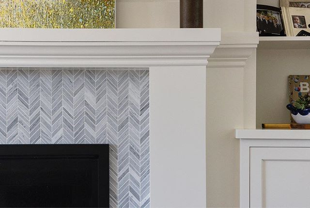 Details matter... the fireplace gets sophisticated and cool with @akdo_usa #mixedmediatile #oaklandrealestate #homeremodelling #interiordesign #fireplacedecor #fireplacetile #eastbayrealestate #naturalstone #eastbayrealestate #eastbayhomes