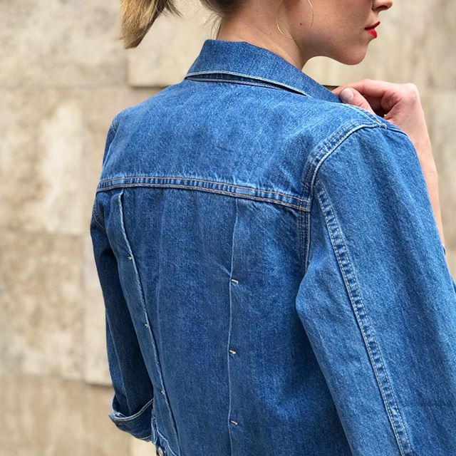 We've officially entered into denim jacket season (😍💙☀️!). It's all in the details with this perfectly shrunken style from @travedenim. #newforspring #springstyle