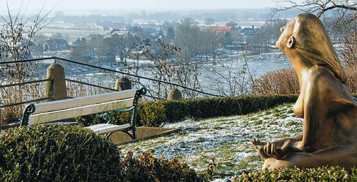 """Die Bronze-Skulptur """"Ich bin"""" von Edith Breckwoldt steht unterhalb des Lauenburger Schlosses.  Quelle: UNK"""