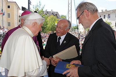 Siur Iaco Ploner, curat da La Val, y Tone Gasser ti surandà i libri de dlijia al Papa.