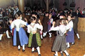 """Il """"Dé cultural ladin"""" era un occasione per ballare con i costumi tradizionali."""