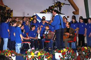 "La Uniun di Ladins â bele tl 1976 metü man da organisé cursc de musiga y canche chisc é passà sot ala direziun dl ""Istitut por l'Educaziun Musicala"" s'âra cruzié che al gniss metü sö la Scora de Musiga dla Val Badia."