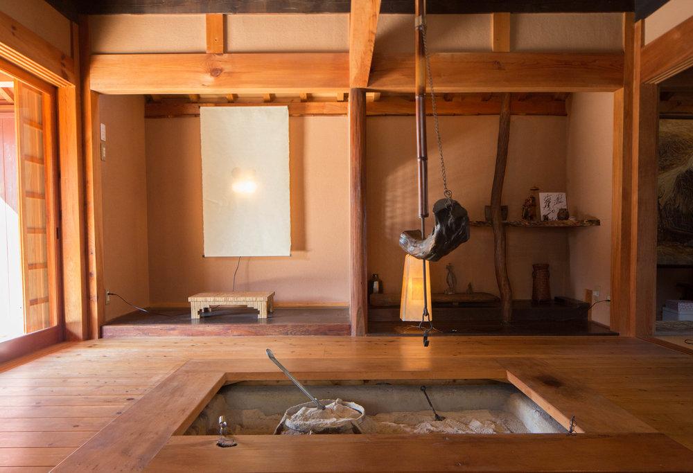 At the center of Saimoto's home lies an irori hearth. ©TOKI