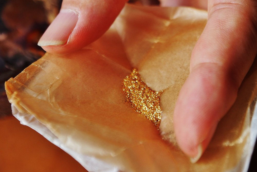 The gold powder adds a beautiful touch to urushi. ©TOKI