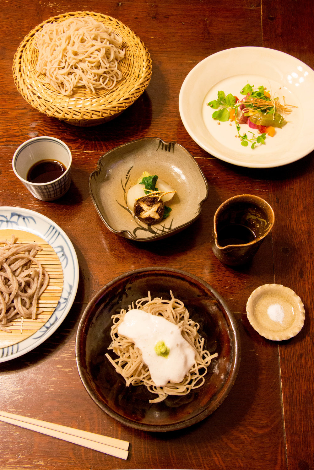 A variety of different soba dishes are served. ©TOKI