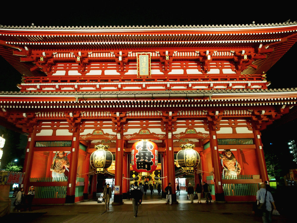 The giant red lantern of Sensoji, a symbol of the Sumida area, can be found at the end of rows of shops and stalls selling traditional handicrafts, treats, and sweets. ©TOKI