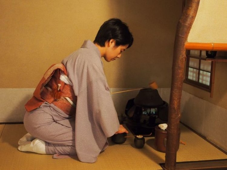 The host prepares the tea in front of the guests. © TOKI