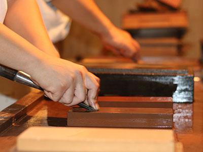 Japanese carpenter, known as a  miyadaiku . ©miyadaiku-yoseijyuku