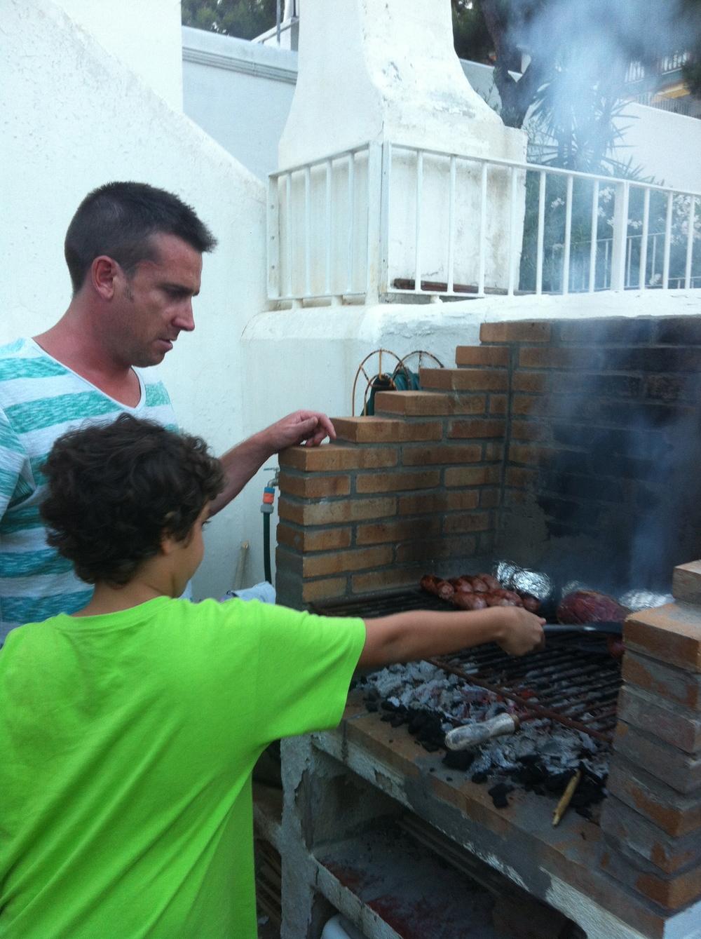 Duncan e Yago preparando churrasco