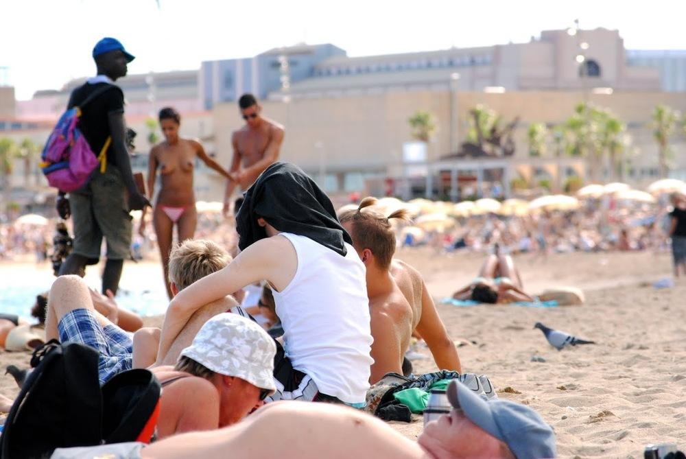 Playa para todos na Barceloneta. Até para os pombos