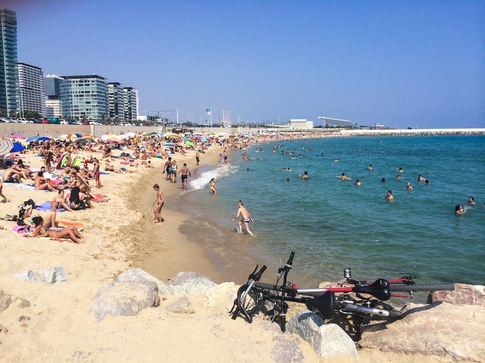 No verão, muvuca em quase todas as praias. Escolha a de areia mais extensa