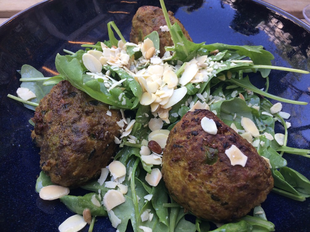 Salada com bolinhos de carne