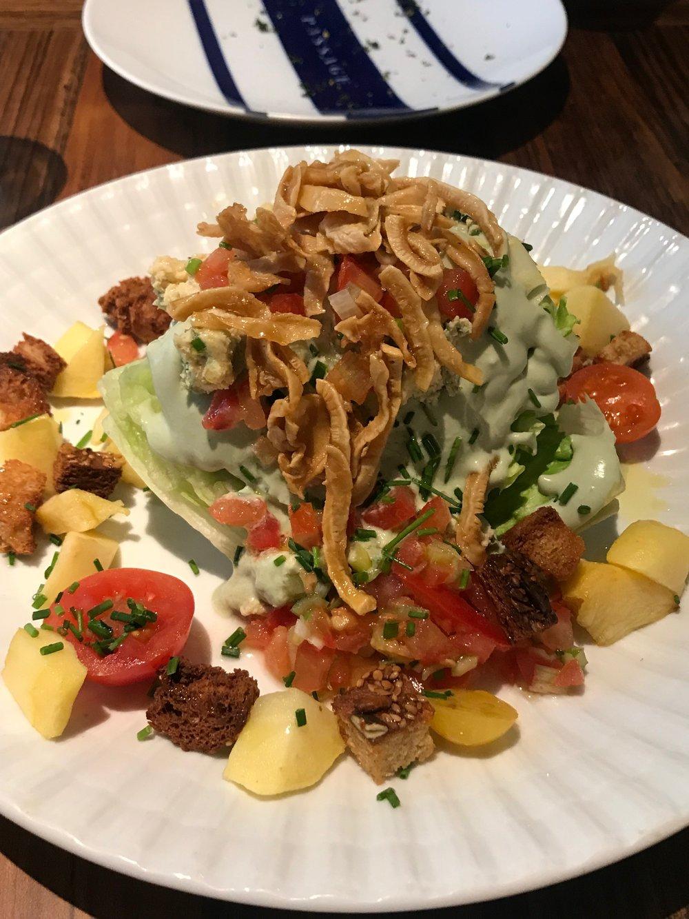 """Salada: alface americana, """"bacon"""" de coco, queijo azul vegano (plant-based). Juro que quase morri com esse prato <3"""