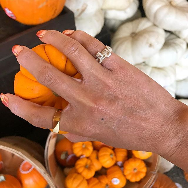 🇺🇸🎃Everywhere we went there was a pumpkin 🎃 the Americans sure know how to celebrate Halloween! On another note how you like my pinky rings? 😏  #halloweentime #trending #instagold #pumpkinselfie #ringinspo #travelgram #inspired #vacation #diamonds #goldjewelery #trendsetter