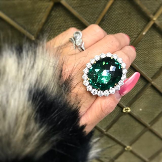 Cocktail ring with a definite statement!  Dropped in to say hello to the ladies at @yerauadiamonds and couldn't resist but try this beauty on... this colour is just 👌🏽 it was very heavy I couldn't lift my arm to take this photo 😂  #emeraldring #cocktailring #jewelerygram #ringselfie #glammonday #gold #photooftheday #igjewelry #jeweleyaddict #jeweleryoftheday #vintagejewelry #gatsbyglam #redcarpet #christmasjewellery #victorianstyle
