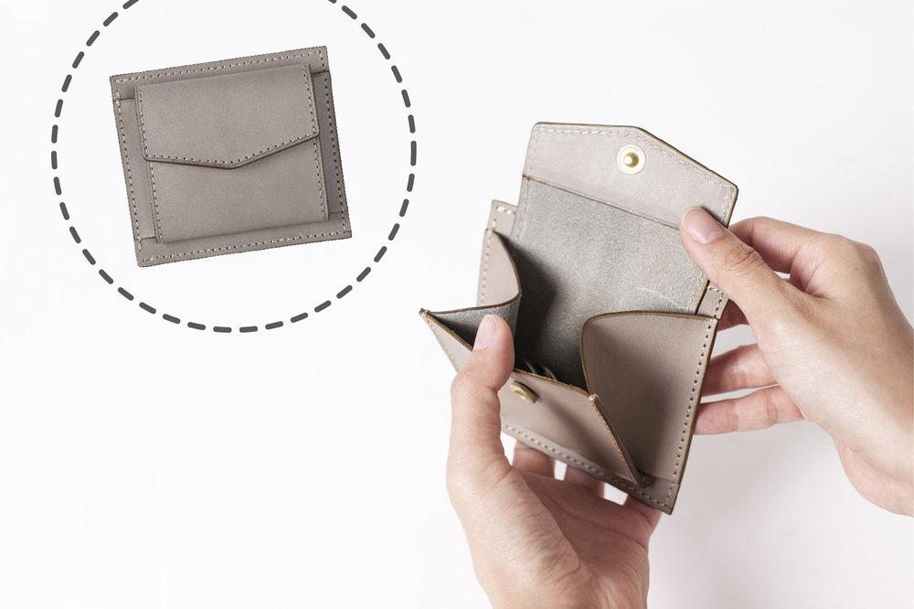 小山摺零錢袋 - 袋蓋為信封袋尖角收邊,底部留有厚度,可收納較多零錢。