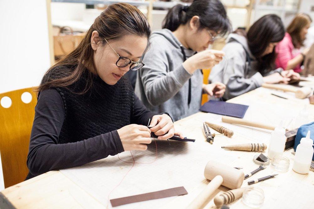 親手縫製的禮物 - 將心意轉化成永恆的陪伴。