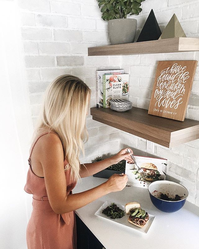 Okay I think I could seriously live in my kitchen!! I'm really getting all this #wifey stuff down 🏆😉 I am no natural chef but learning thanks to @hellofresh!! Even my hubby loved these balsamic burgs AND the other two meals I made for him the past week! 😋 Use code KARLIERAE30 to get $30 off your first box with the link in my bio!! Let's #getcooking friends! 🍔🍝🥗 #hellofreshpics #freshfriends #ad