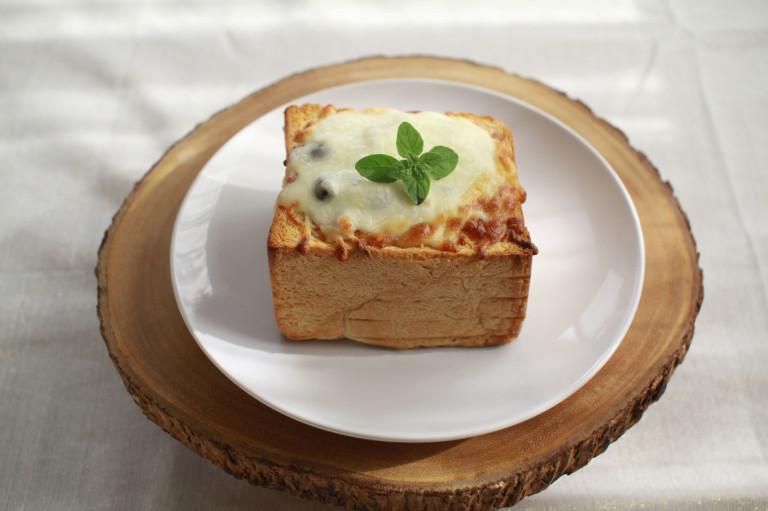オレガノのトーストグラタン