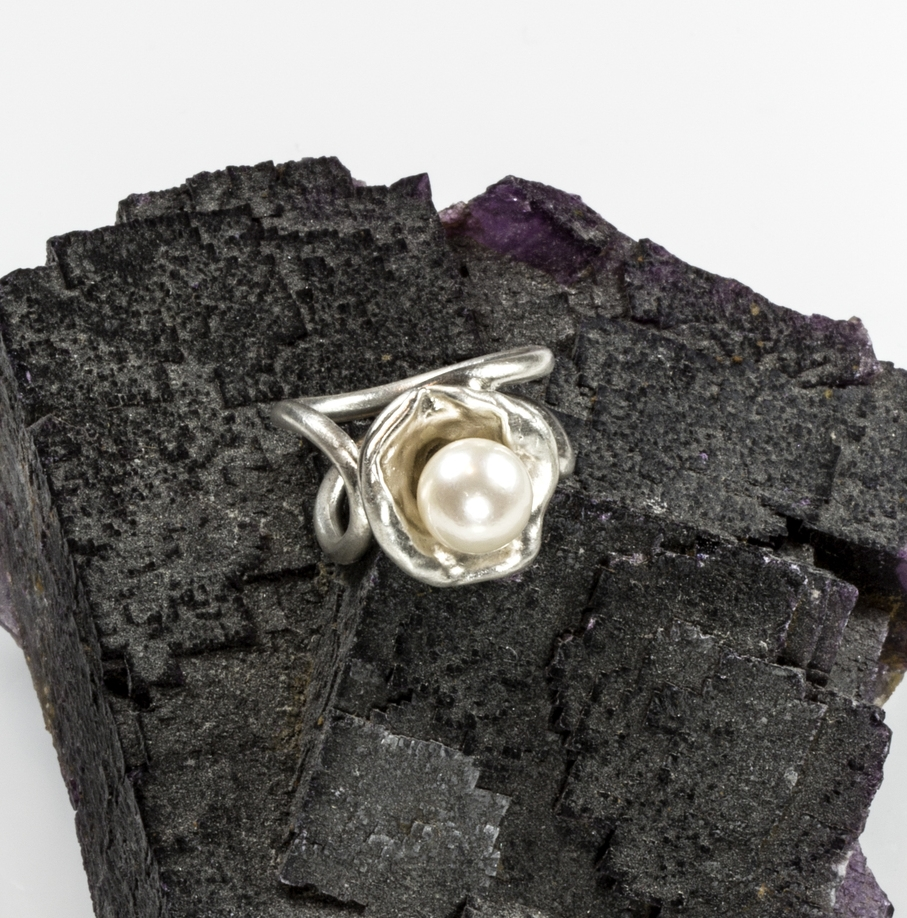 Halfshell ring in sterling silver with round cultured freshwater pearl