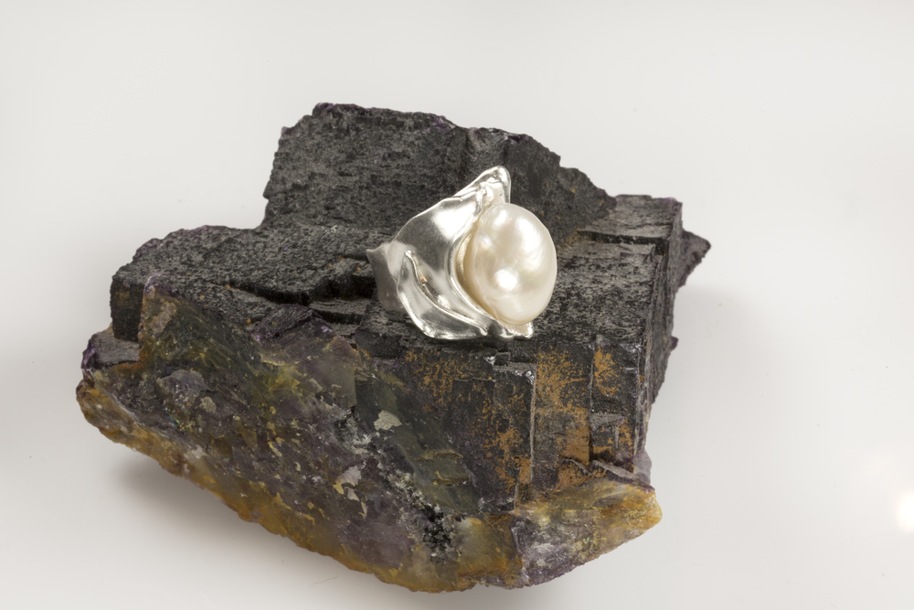 shellform ring in sterling silver with baroque cultured freshwater pearl
