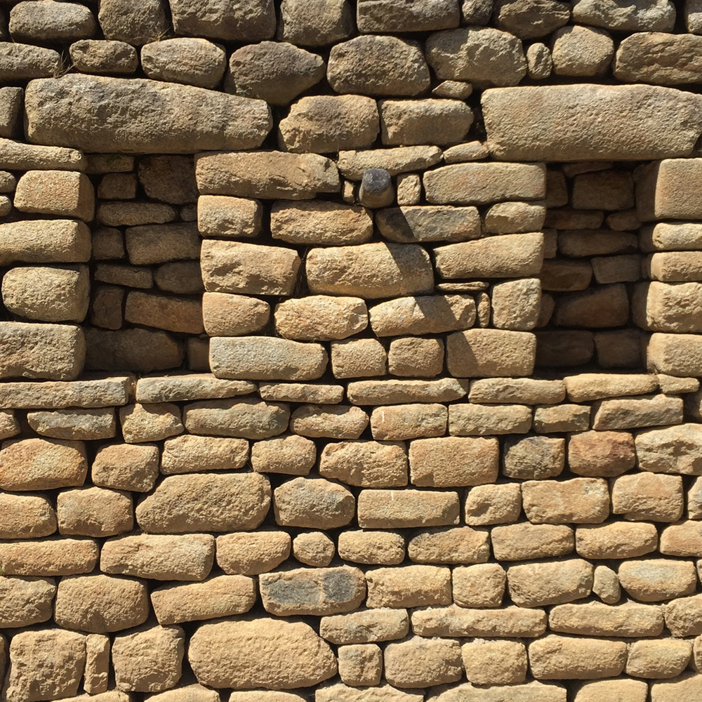 Trapezoidal stacked stone, a typical detail in Inka architecture, illustrates advanced mathematical skills used in building construction.
