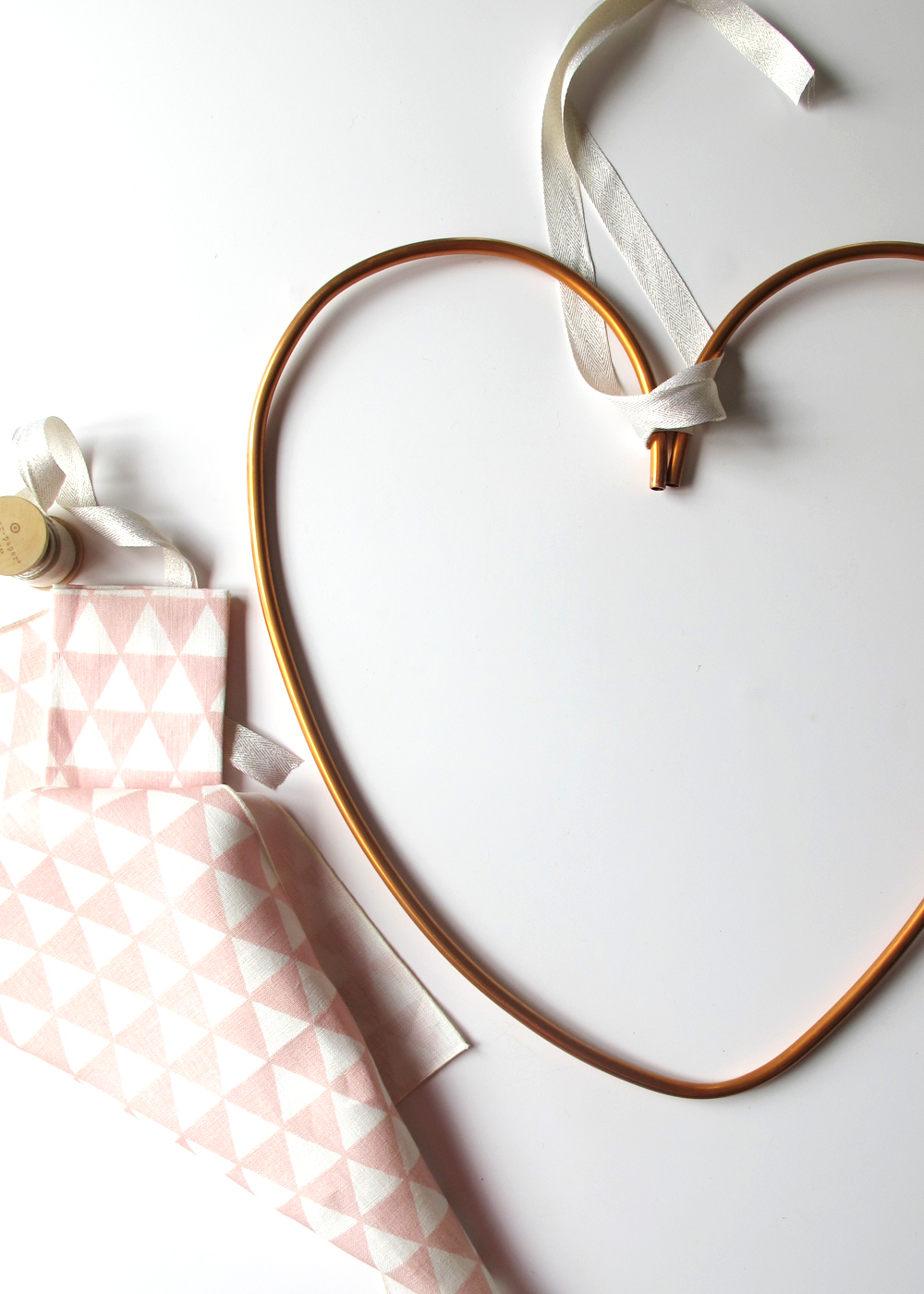Make this easy industrial copper Valentine's wreath for under $15! See the full tutorial at Tag&Tibby